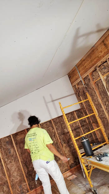 contractor doing drywall installation in Honolulu